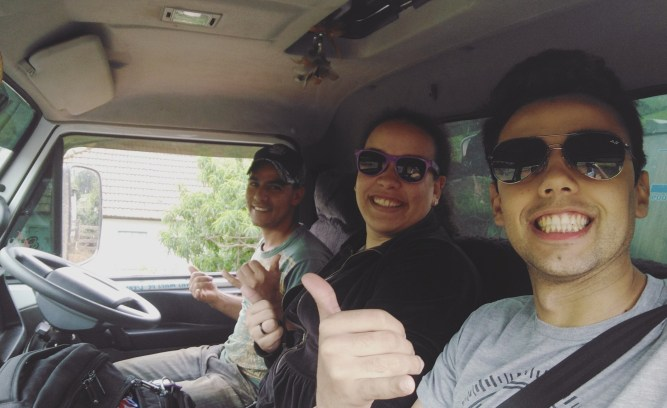 Ana e Gabriel com o carreteiro