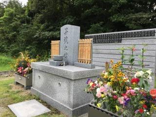 合同慰霊碑の花立