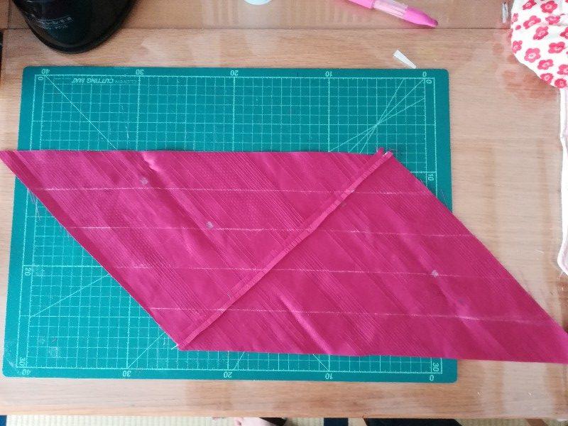 1cmのバイアステープを作るので4cm幅で線を引いています。