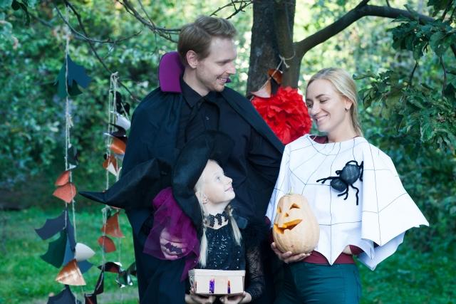 ハロウィンの仮装をする男女