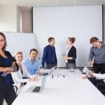会議室に集まるビジネス