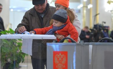 Voting at a polling station in Moscow http://bit.ly/2nqJVXa