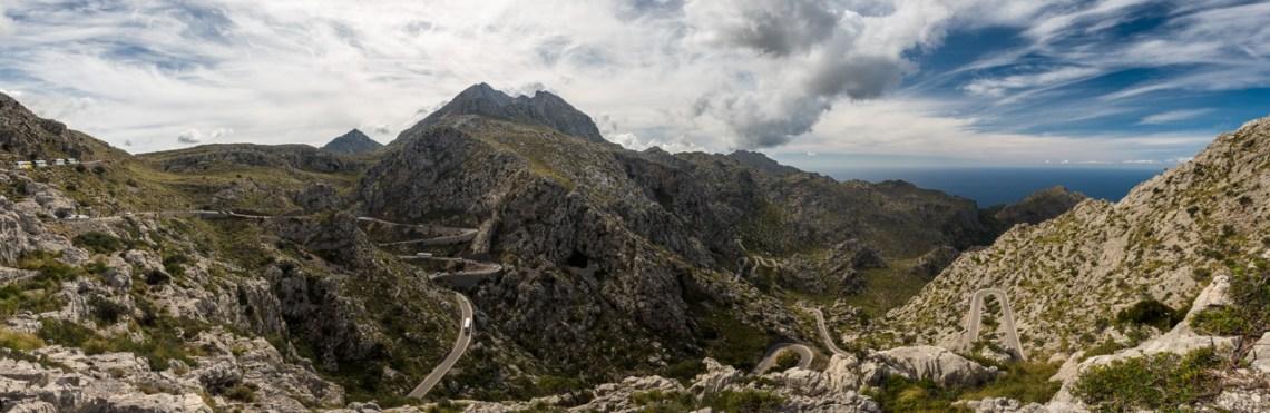 Die Straße schlängelt sich durch den Berg