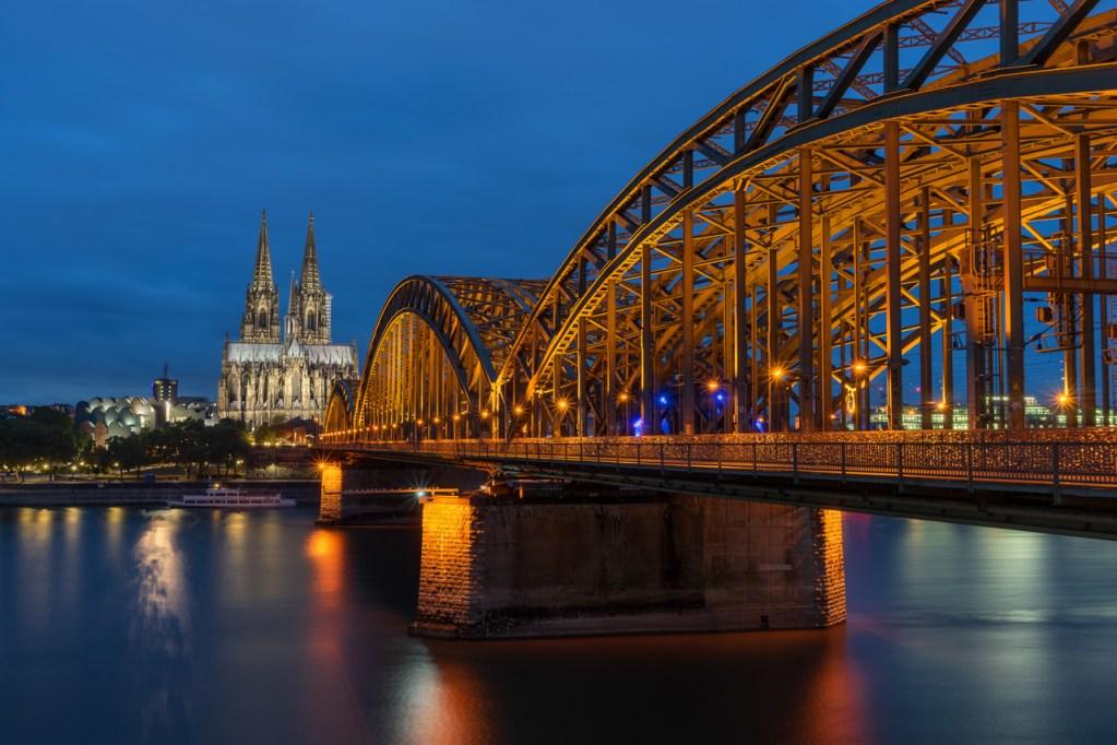 Der Dom in Köln mit Deutzer Brücke