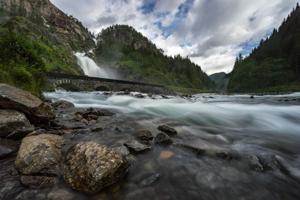 Der Wasserfall Låtefossen in Norwegen