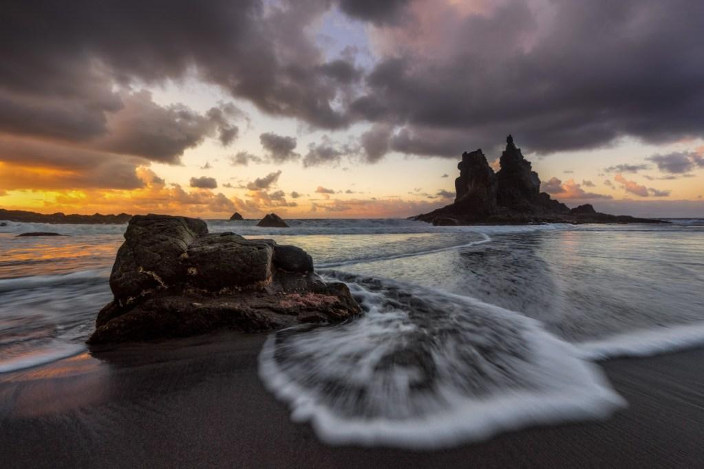 Welle am Strand von Benijo auf Teneriffa