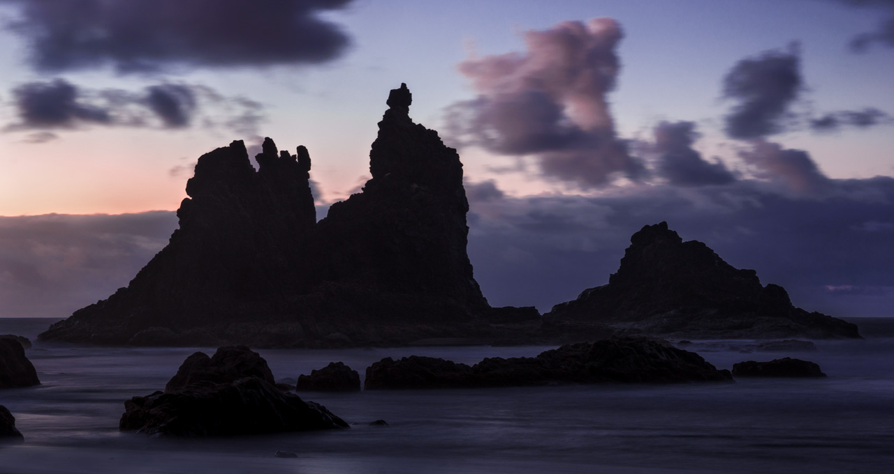 Steine am Benijo Beach in der Langzeitbelichtung