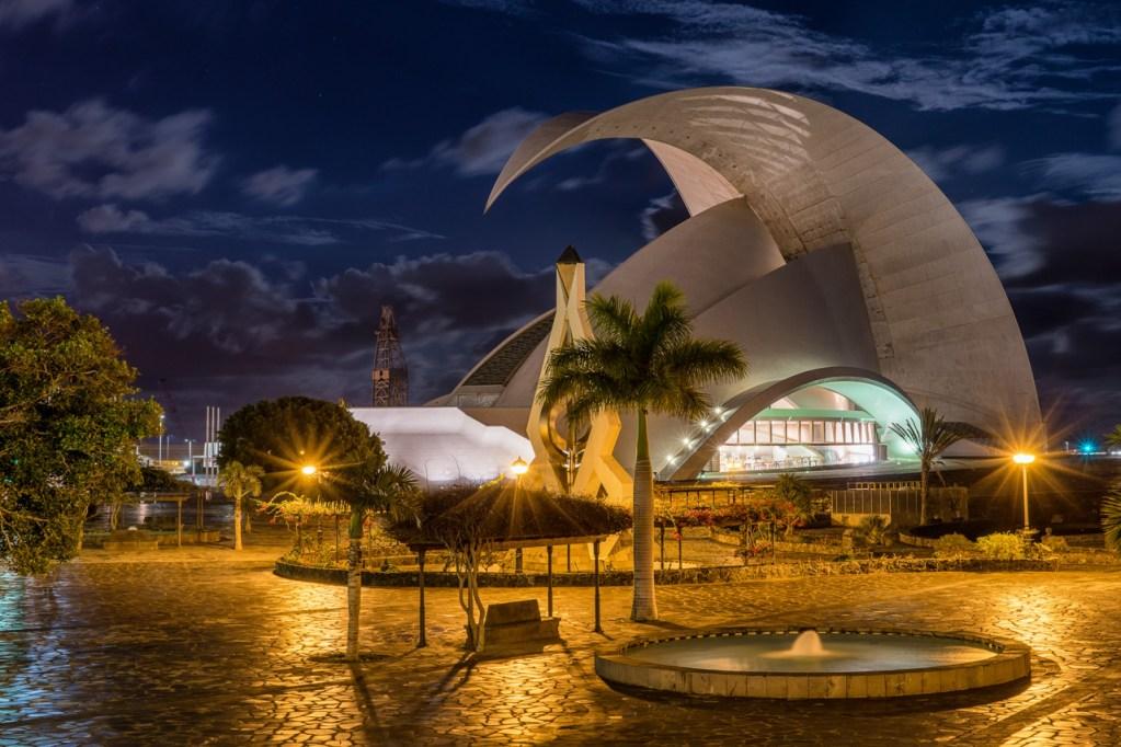 Das Auditorio de Santa Cruz auf Teneriffa bei Mondlicht