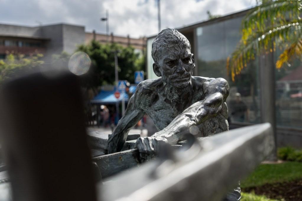 Eine Fischer-Skulptur an der Markthalle auf Teneriffa