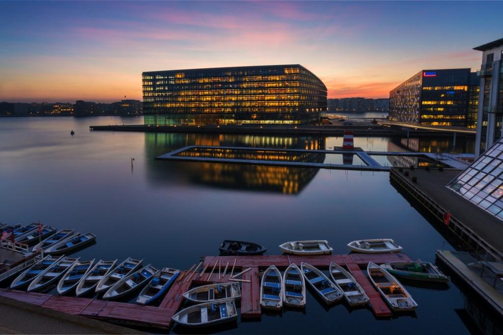 Foto von Bürogebäuden zum Sonnenaufgang in Kopenhagen.