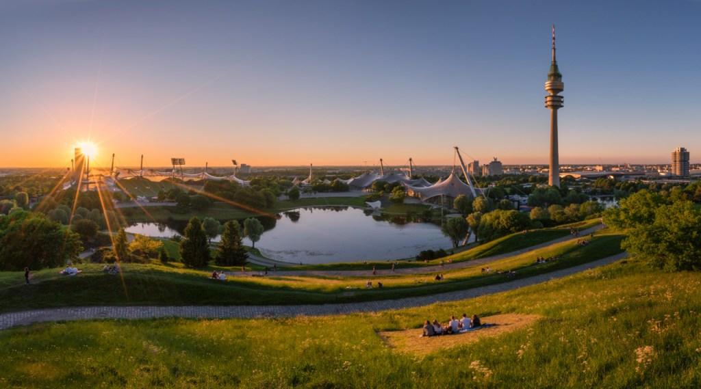 Der Olympiapark in München zum Sonnenuntergang
