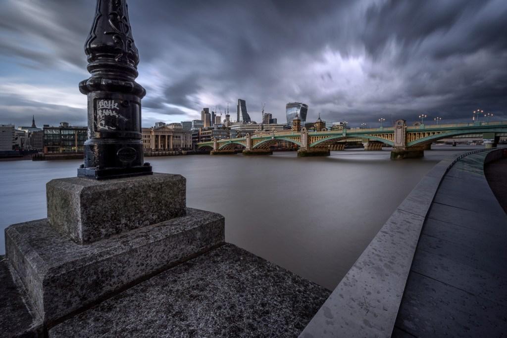 Grauer Himmel über Londons City