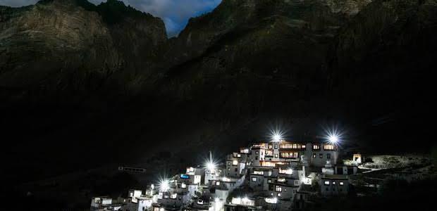 उत्तराखंड के इस गांव में दिया भी जलाना मना था, लेकिन अब ग्रामीणों को मिल गई रोशनी
