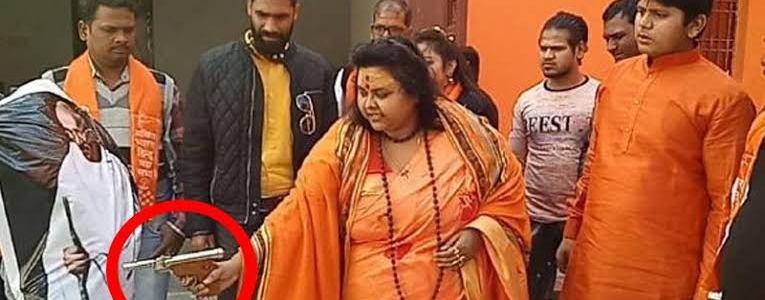 गांधी जी के पोस्टर पर गोली चलाने वाली पूजा शकुन दिल्ली से गिरफ्तार
