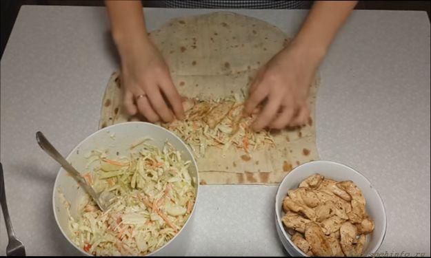 начинаем наполнять его заготовленными салатом