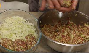 выложить мелко нарубленную капусту