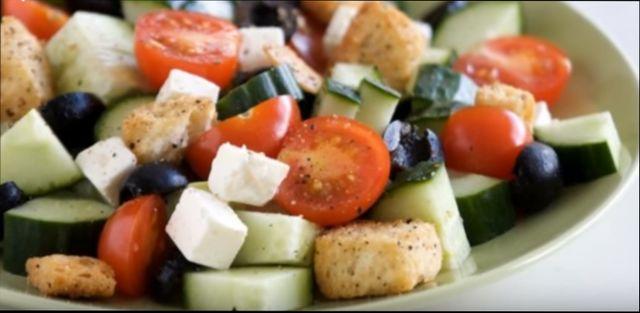 Салат греческий с брынзой с сухариками и йогуртом