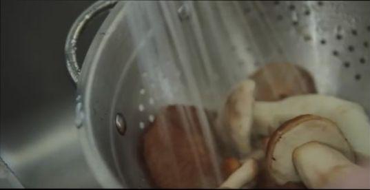 белые грибы, помещаем под сильную струю воды