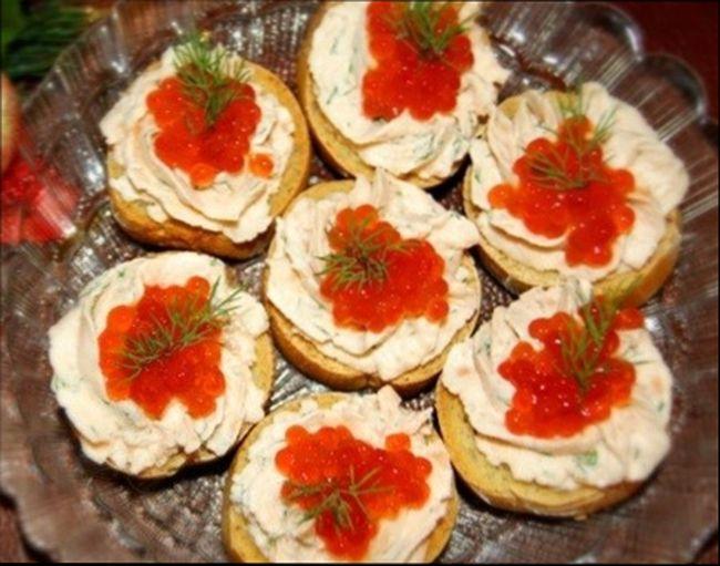 Красивые и вкусные бутерброды на праздничный стол с икрой и творожным муссом