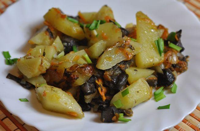 Тушеный картофель с замороженными или сушеными грибами