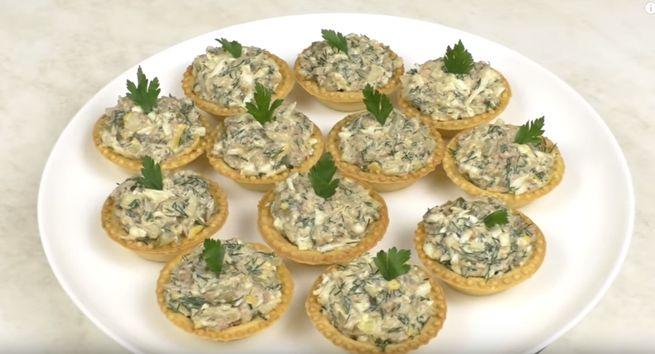 Горячие тарталетки с луком и сыром