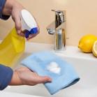 Reiniger auf ein Tuch sprühen, nicht direkt auf die Armatur