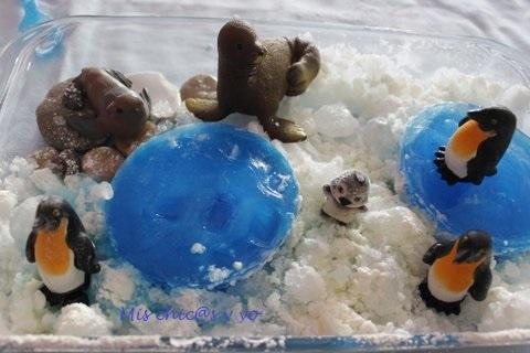 Maqueta de pingüinos con hielo