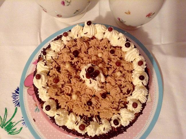 tarta de moka, nata y chocolate