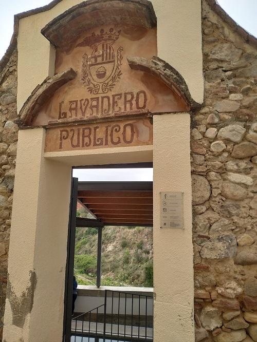 Entrada al lavadero de la Portaleda en la pared esculpido se puede leer lavadero público