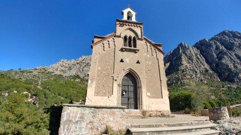 Fachada de la ermita de la Salut y vistas a la montaña de Montserrat