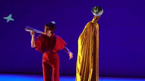 Escena de teatro MiraMiró: se ve una marioneta de una escultura a tamaño de persona y al lado la actriz