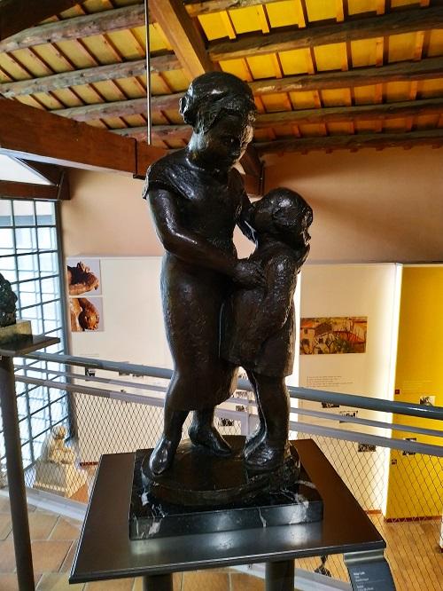 Escultura de una mujer con una niña