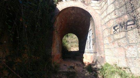 Túnel en la ruta del agua y la piedra de Collbató
