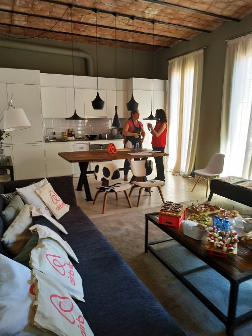 Experiencia Airbnb, salón del alojamiento con todo preparado para el evento