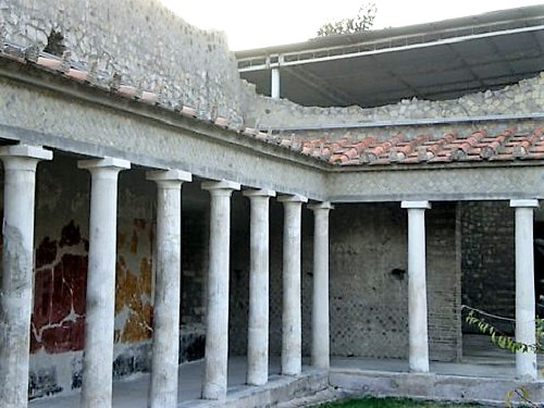 Detalle de una esquina del peristilo con sus columnas en la Villa de Popea en Torre Anunzziata