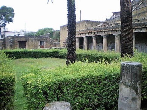 Jardines restaurados en lo que fue Herculano