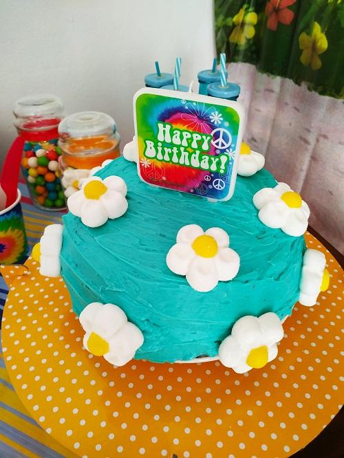 Pastel azul decorado con flores de nubes