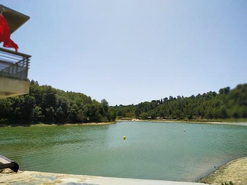 Vista del lago artificial