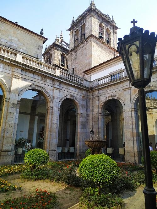 Claustro y detalle de la torre Catedral Braga
