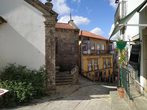 Detalle de las fachadas de una calle de Valença