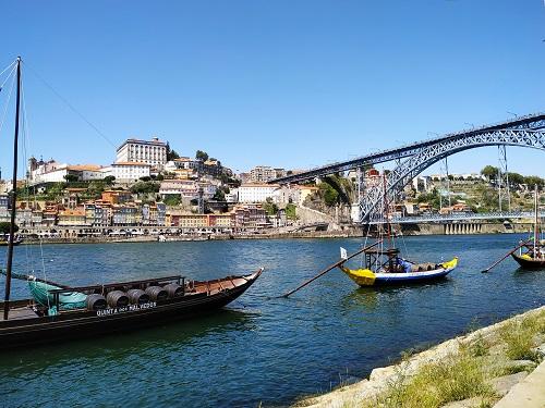 Vistas del Duero y el puente en Oporto