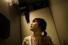 chica asustada mirando hacia arriba
