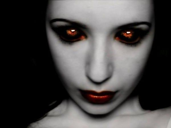 vampiresa ojos y labios rojos