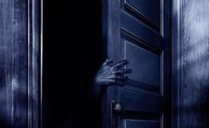 mano monstruo abriendo puerta