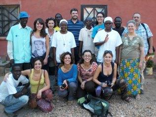Groupe de volontaires médecins et infirmiers venus d'Espagne.