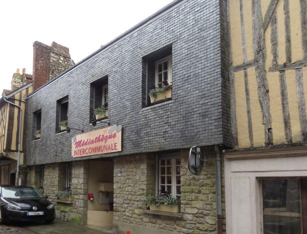 La médiathèque intercommunale de Domfront, ancienne maison des Sœurs de la Miséricorde de Sées.