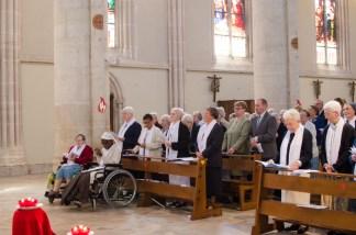 À gauche, le Conseil des Sœurs de la Miséricorde de Sées : Srs Josephine, Bernadette, Rose, Gregoria et Reine-Claude