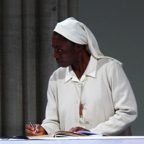 Signature de la cédule de profession sur l'autel du saint Sacrifice, sr Yvette