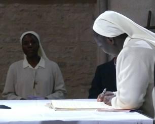 Signature de la cédule de profession sur l'autel du saint Sacrifice, sr Véronique de la Sainte Face