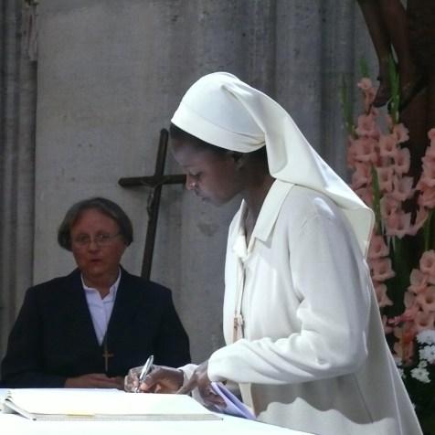 Signature de la cédule de profession sur l'autel du saint Sacrifice, sr Bertha